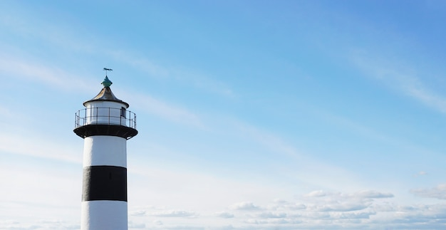 青い空を背景の灯台