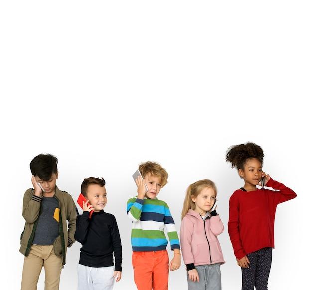 Группа детей, использующих мобильный телефон