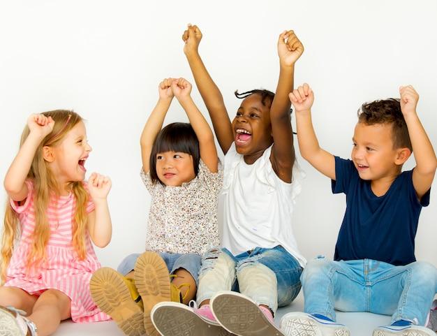 一緒に幸せを楽しんでいる子供たちの楽しいグループ