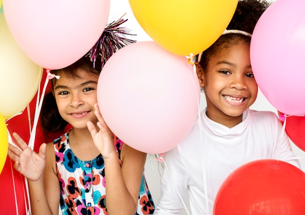 子供たちのグループが一緒にパーティーの楽しみを祝う