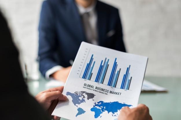 ビジネスブレーンストーミンググラフチャートレポートデータの概念