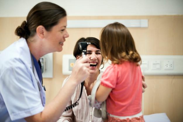 若い患者は医者から診断を受けています