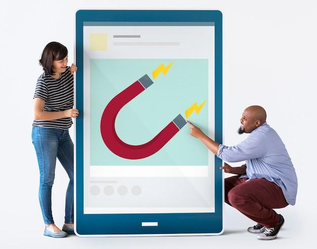 グラフィックスとタブレットを持つ多様なカップル