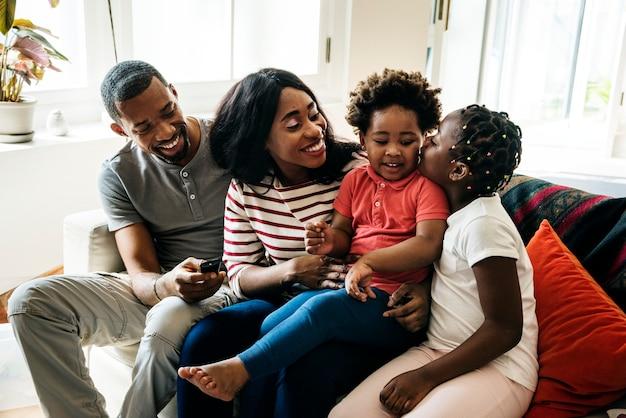 アフリカの家族が一緒に時間を過ごす