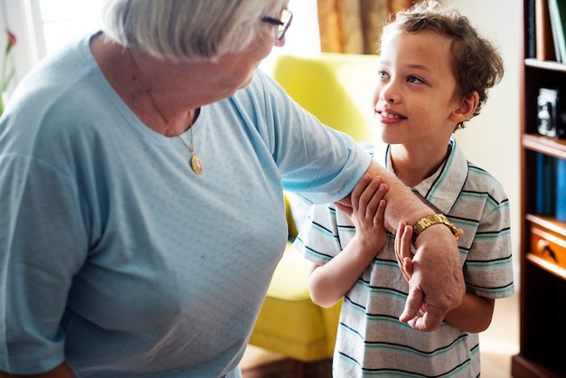 リビングルームで一緒におばあちゃんと孫