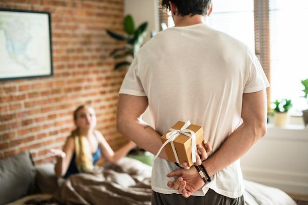 夫は贈り物をして妻を驚かせようとしています
