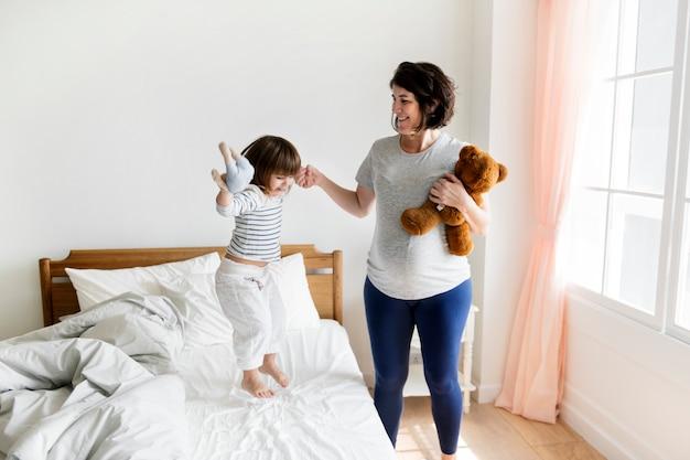 妊娠中のママが彼女の娘と一緒に時間を過ごす