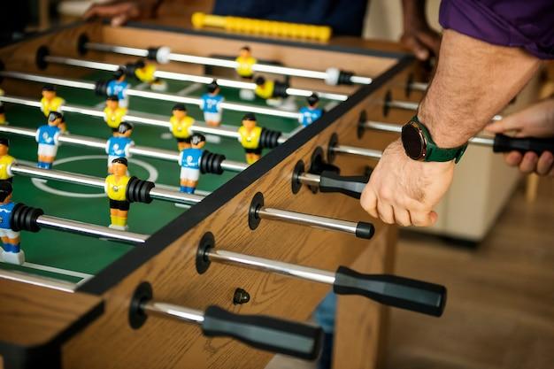 テーブルサッカーをしている人