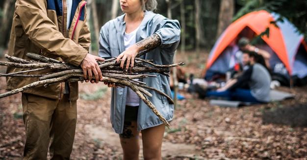 友達が森で一緒にキャンプ