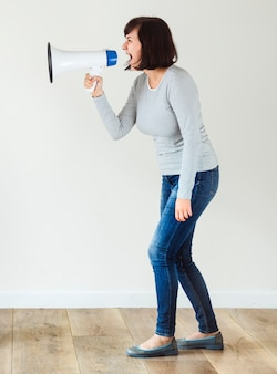 発表のためにメガホンを使っている女性