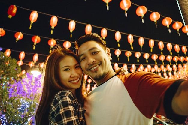 中国の祭りでアジアのカップル