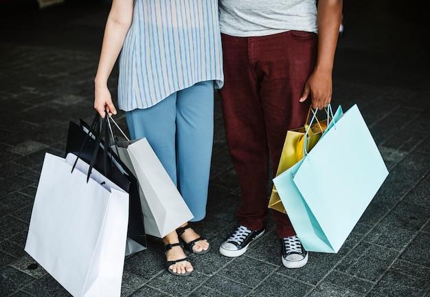 カップルが一緒にショッピングモールで買い物