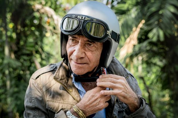 中年の男性がヘルメットをかぶる