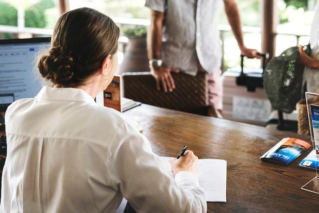 Портье работает на стойке регистрации