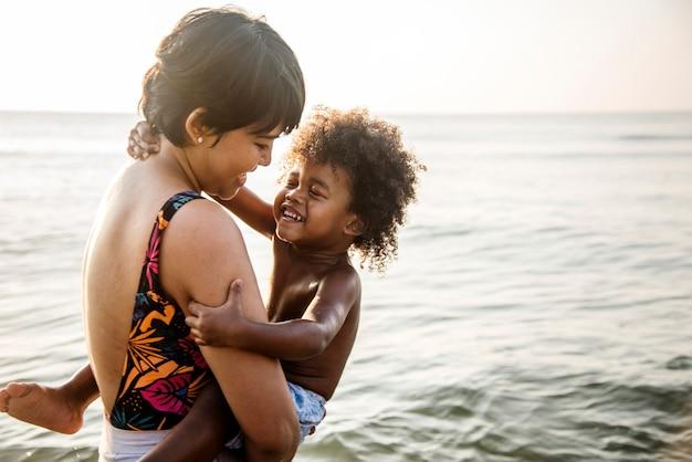アフリカの家族がビーチを楽しんで