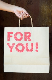 Фраза для тебя на бумажном пакете