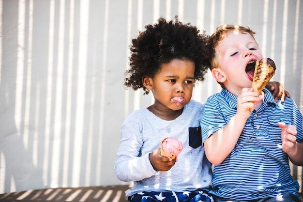 おいしいアイスクリームを食べる小さな子供たち