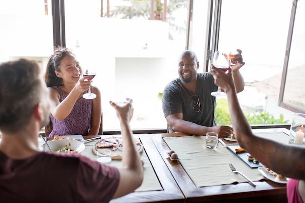 Друзья пьют вино в ресторане