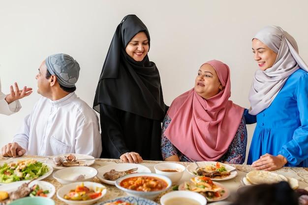 ラマダンのごちそうを食べるイスラム教徒の家族