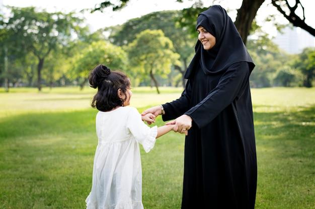 公園でイスラム教徒の家族