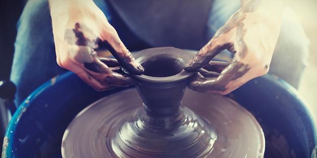 いくつかの陶器の仕事をしている手