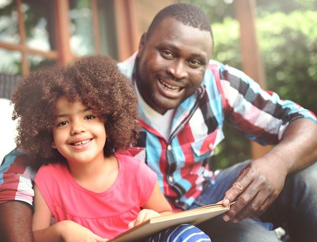 父と娘が一緒に本を読んで