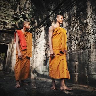 熟考中の僧侶、アンコールワット、サイアムリアップ、カンボジア。