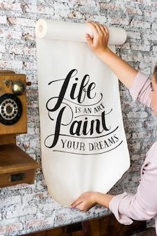 Женщина держит плакат с цитатой мотивации