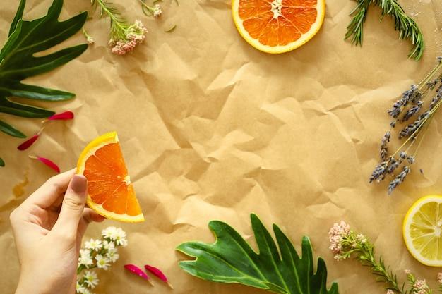 茶色の紙に健康的なおいしい夏の果物