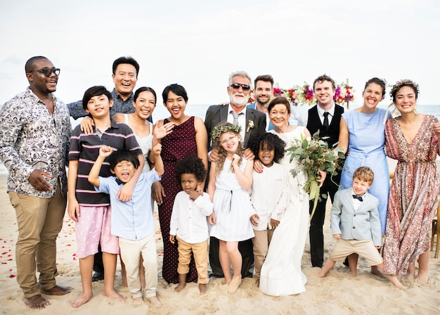結婚式のパーティーで幸せな友人や家族