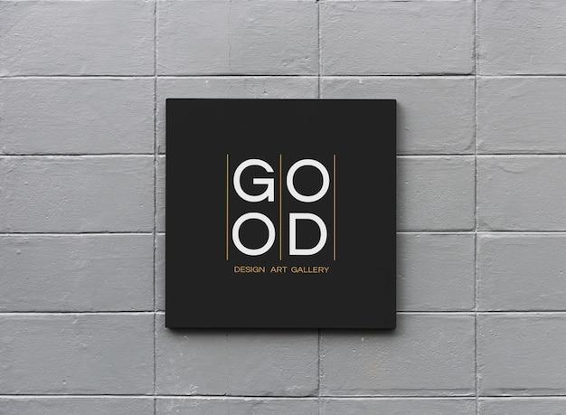 白い壁のモックアップに黒い看板