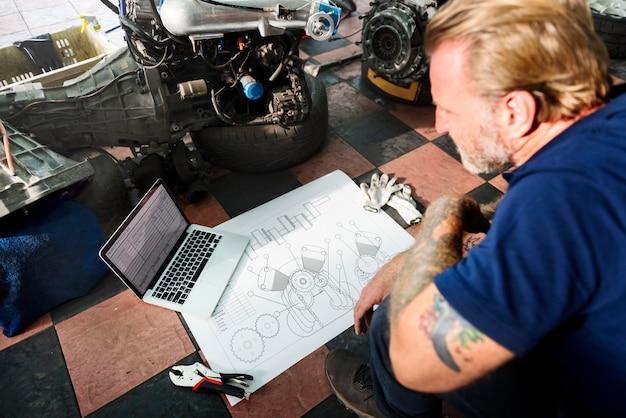 建設マスタープランドラフト青写真男性のラップトップのコンセプト