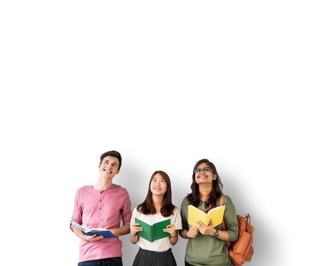 カラフルな本を持つ多様な学生