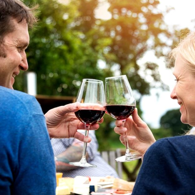 カップル乾杯愛ワインのコンセプト