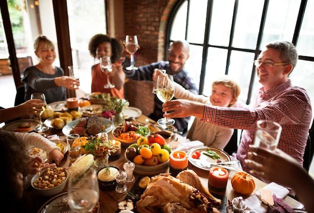 感謝祭の休日の概念を祝う人々の歓声