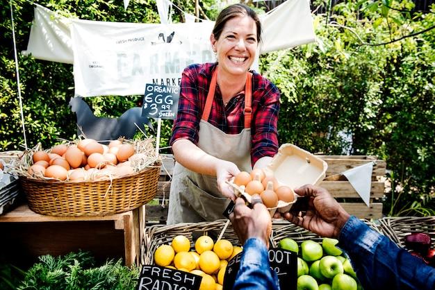 Женщина владелец свежего магазина органических продуктов