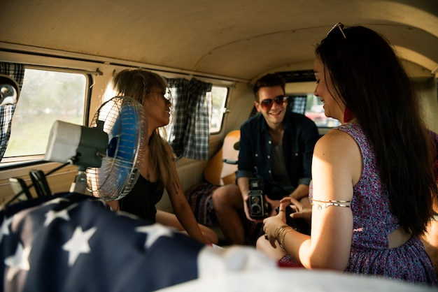 Группа разнообразных друзей в дорожной поездке вместе