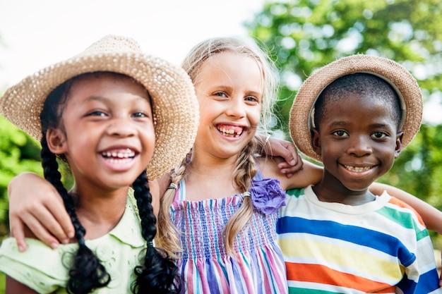 Ребенка друзья мальчики девочки игривая природа потомка концепция