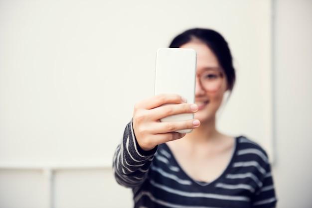 アジアの女性の接続技術ライフスタイルコンセプト