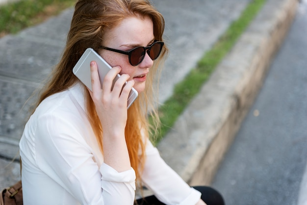 会話の電話の概念を話している女の子