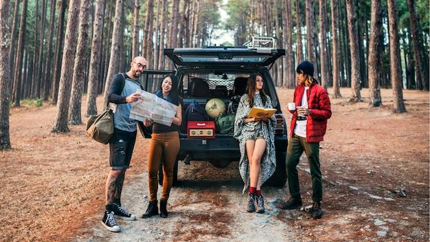 Друзья припарковали машину лесной концепции