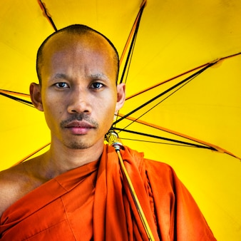 僧侶が傘の概念を保持