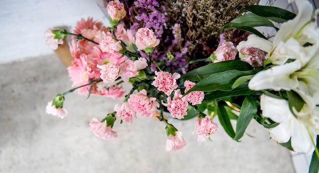 床に色とりどりの花のアレンジメントのクローズアップ