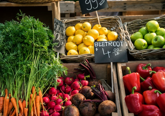 農民市場で新鮮な地元の有機野菜