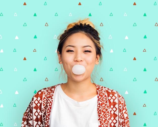 若い女の子噛むバブルガムコンセプト