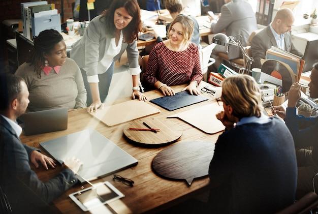 Бизнес-команда встреча, мозговые штурмы вместе концепция