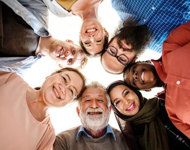 幸せな多様な人々が団結