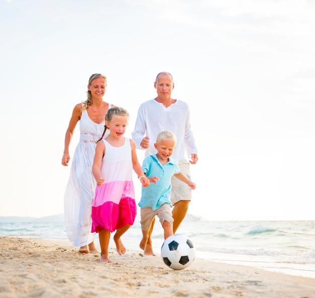 Семья играет на пляже.