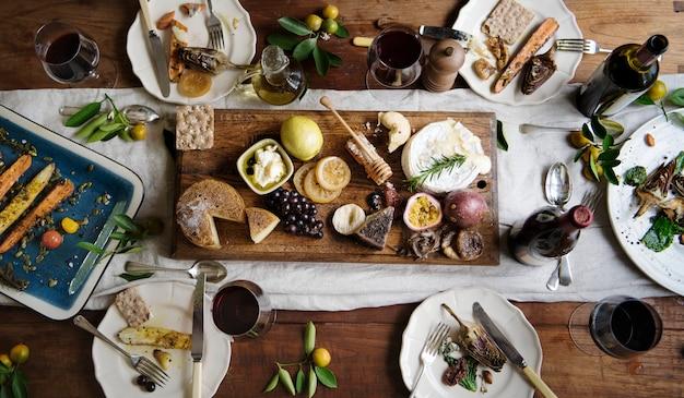 チーズの盛り合わせと素朴なスタイルのディナー