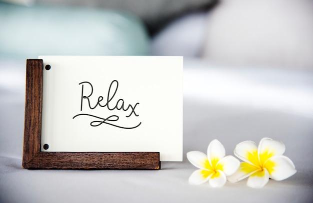 プルメリアの花のモックアップとベッドの上のカード